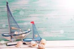 Dekorativa segelbåtar och marin- objekt på träbakgrund Fotografering för Bildbyråer