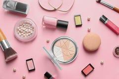 Dekorativa skönhetsmedel och hjälpmedel av yrkesmässig makeup Fotografering för Bildbyråer