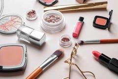 Dekorativa skönhetsmedel och hjälpmedel av yrkesmässig makeup Arkivfoton