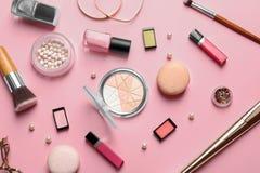 Dekorativa skönhetsmedel och hjälpmedel av yrkesmässig makeup Royaltyfri Foto