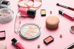 Dekorativa skönhetsmedel och hjälpmedel av yrkesmässig makeup Arkivbilder