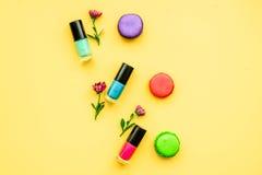 Dekorativa skönhetsmedel på bästa sikt för gul bakgrund Royaltyfri Foto