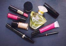 Dekorativa skönhetsmedel på mörk bakgrund Olika makeupprodukter close upp Royaltyfria Foton