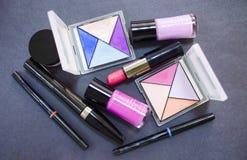 Dekorativa skönhetsmedel på mörk bakgrund Olika makeupprodukter close upp Royaltyfria Bilder