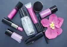 Dekorativa skönhetsmedel som isoleras på mörk bakgrund Olika makeupprodukter close upp Royaltyfri Foto