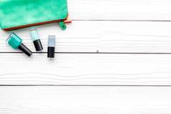 Dekorativa skönhetsmedel ställer in med skönhetpåsen och spikar polerar på vitt utrymme för kopian för den bästa sikten för skriv arkivfoton