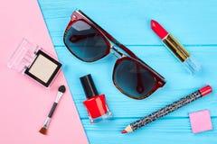 Dekorativa skönhetsmedel uppsättning och solglasögon Royaltyfri Bild