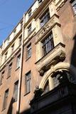 Dekorativa skulpturala beståndsdelar på fasaden av den gamla byggnaden Arkivbilder