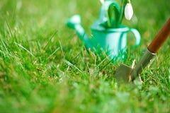 Dekorativa små arbeta i trädgården hjälpmedel Arkivfoto