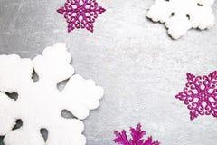 Dekorativa snöflingavit och rosa färger på grå bakgrund kortjul som greeting kopiera avstånd Top beskådar Royaltyfri Fotografi
