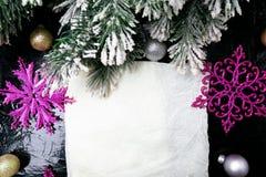Dekorativa snöflingavit och rosa färger på svart bakgrund kortjul som greeting kopiera avstånd Top beskådar Royaltyfri Fotografi