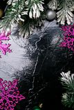 Dekorativa snöflingavit och rosa färger på svart bakgrund kortjul som greeting kopiera avstånd Top beskådar Arkivbilder
