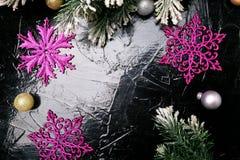 Dekorativa snöflingavit och rosa färger på svart bakgrund kortjul som greeting kopiera avstånd Top beskådar Arkivbild