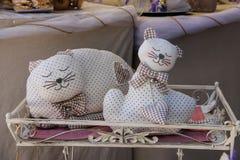 Dekorativa sova katter i souvenir shoppar i Grazzano Visconti, Arkivbilder