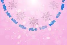 Dekorativa sparkly snöflingor och pappers- godisar på vit isolerade bakgrund Arkivfoto