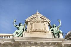 Dekorativa statyer på taket av Monte Carlo Casino arkivbild