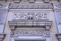 Dekorativa stuckaturbeståndsdelar på byggnaden av den 19th cent fotografering för bildbyråer