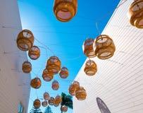 Dekorativa sväva lyktor hänger ovanför en bakgata i Malibu Fotografering för Bildbyråer