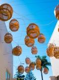Dekorativa sväva lyktor hänger ovanför en bakgata i Malibu Arkivfoto