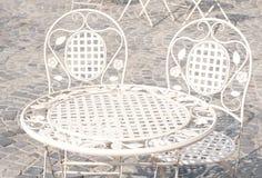 Dekorativa tabell och stolar Arkivfoto