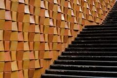 Dekorativa tegelstenar på väggen längs yttre trappa i stad Royaltyfria Foton