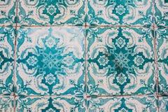 Dekorativa turkostegelplattor på en byggnad i Lissabon, Portugal Royaltyfria Bilder