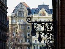 Dekorativa vägglyktor för tappning i Budapest i perspektiv arkivfoto
