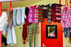 Dekorativa woolen tumvanten som hänger på den Riga julen, marknadsför ställningen Arkivfoton