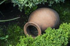 Dekorative altgriechische Amphore liegen im Garten im Sommer als Dekoration lizenzfreie stockfotografie