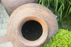 Dekorative altgriechische Amphore liegen im Garten im Sommer als Dekoration stockbild