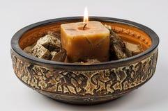 Dekorative Anordnung mit beleuchteter Kerze lizenzfreie stockfotos