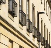 Dekorative Balkone auf einem modernen Gebäude lizenzfreie stockfotos