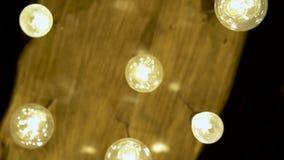 Dekorative Beleuchtung und glühende Lampe auf Decke Helles Glühen hell von der Glühlampe Antikes Wolframlicht stock video