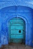 Dekorative blaue Tür in Marokko Stockbilder