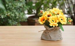 Dekorative Blume auf hölzernem Schreibtisch Stockfotos