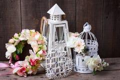 Dekorative Blumenkränze, Herz und dekorative Laternen mit c Stockfoto