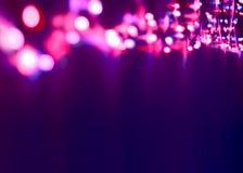 Dekorative bunte unscharfe Weihnachtslichter auf dunkler Violet Background Abstrakte weiche Lichter Bunte helle Kreise von einem  stockfoto
