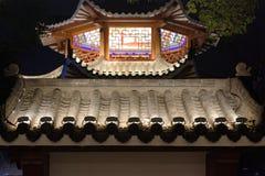 Dekorative Dachgesimse-Ruzi Pavillon-Parknacht Stockbilder