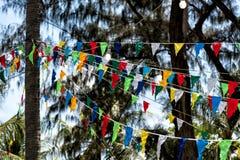 Dekorative dreieckige Flaggen und Lampen Stockbild