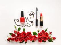 Dekorative Ebene legen Zusammensetzung mit Frau acessories, Kosmetik und rosafarbenen Blumen Flache Lage, Draufsicht Stockfotografie