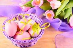 Dekorative Eier Ostern im Korb Lizenzfreie Stockfotografie