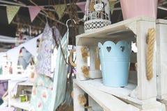 Dekorative Eimer und Vogelkäfig in der Kiste im Straßenmarkt- Lizenzfreie Stockfotografie