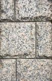 Dekorative Einfassung, gemacht Platten eines von den gewagten grauen Granits mit einer natürlichen Verzierung Stockfoto