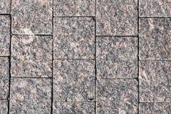 Dekorative Einfassung, gemacht Platten eines von den gewagten grauen Granits mit einer natürlichen Verzierung Stockfotos