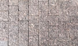 Dekorative Einfassung, gemacht Platten eines von den gewagten grauen Granits mit einer natürlichen Verzierung Lizenzfreie Stockfotografie