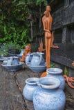 Dekorative Elemente im Regal im Garten Lizenzfreies Stockfoto