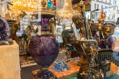 Dekorative Elemente innerhalb des Schaufensters eines Speichers in Chinatown in San Francisco, Kalifornien, USA lizenzfreie stockfotografie