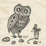 Dekorative Eule und Maus. Karikaturabbildung. Stockbilder