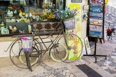 Dekorative Fahrräder auf Anzeige außerhalb eines Souvenirladens in Albuferia stockfotografie