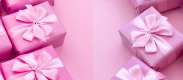 Dekorative Feriengeschenkkästen der Fahne mit rosa Farbe auf rosa Hintergrund Lizenzfreie Stockfotografie